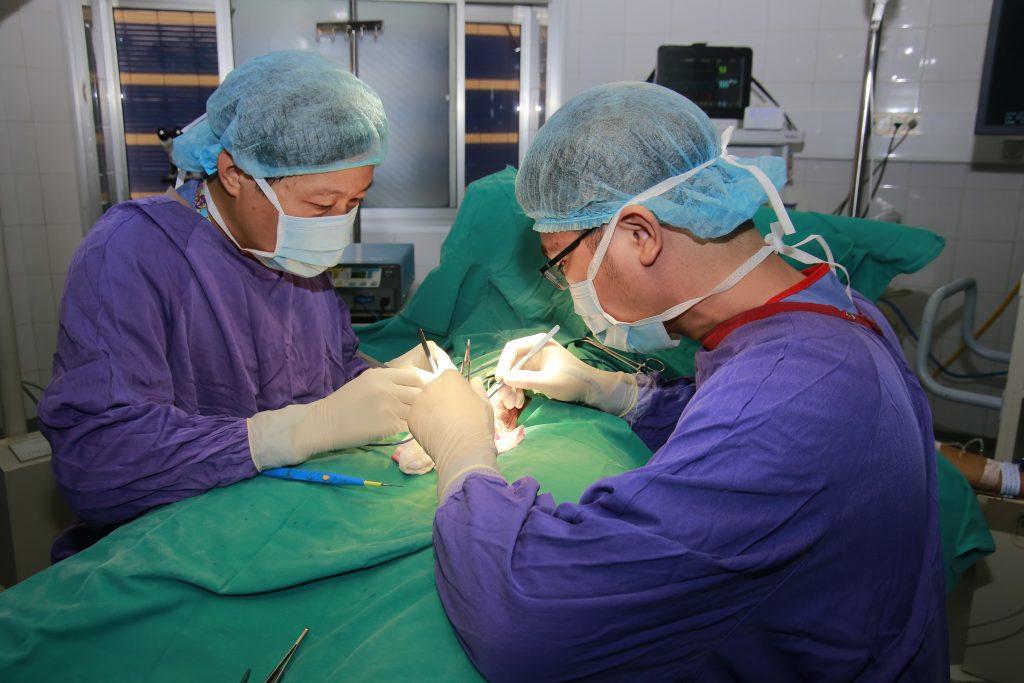 PGS Nguyễn Quang – Giám đốc Trung tâm Nam học – Bệnh viện Hữu nghị Việt Đức đang phẫu thuật cho bệnh nhân
